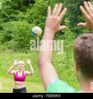 Jeune couple jouer au volley-ball dans le parc. Banque D'Images