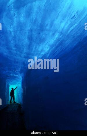 L'homme silhouette dans la caverne de glace. Glacier du Rhône, en Suisse, en Europe.
