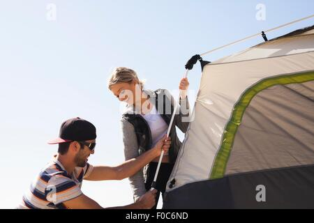 Couple setting up tent Banque D'Images