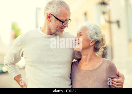 Senior couple on city street Banque D'Images