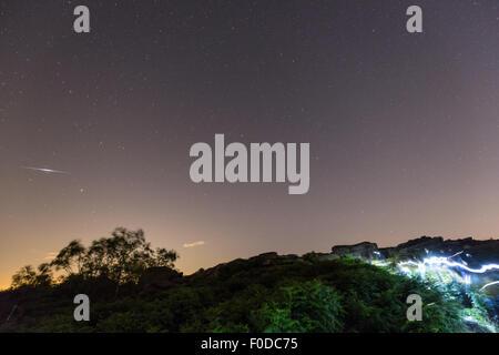 Perséides, plus Owler Tor, Peak District, UK. Août 12, 2015. , Le 12 août 2015. Les astronomes font leur chemin Banque D'Images