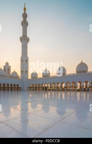 La Mosquée Sheikh Zayed, Abu Dhabi, au coucher du soleil Banque D'Images