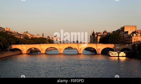 Le soleil se couche sur la Seine à Paris sur un soir d'été, France, Europe Banque D'Images