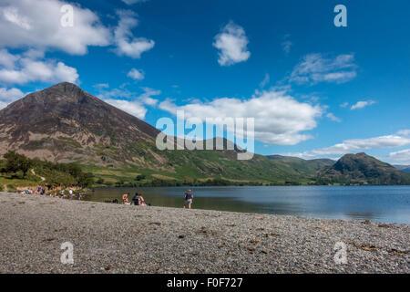 Les familles bénéficiant d'une belle journée d'été britannique sur la rive nord de Crummock Water dans le Lake District Banque D'Images