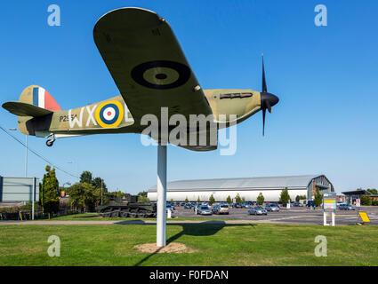La pleine échelle modèle d'un chasseur Hawker Hurricane à l'entrée de l'Imperial War Museum, Duxford, Cambridgeshire, Banque D'Images