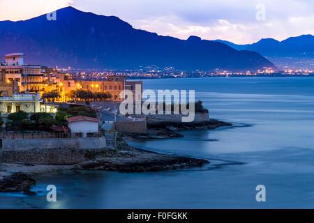Ville d'Aspra près de Palerme, en Sicile à l'aube Banque D'Images