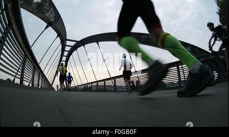 Berlin, Allemagne. Août 15, 2015. Les participants du 100 mile run '100MeilenBerlin' courir le long de l'ancien Banque D'Images