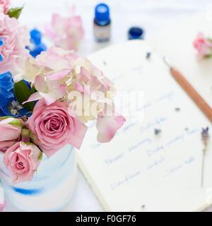 Libre de l'été arrangement floral avec journal, plume et encre à l'arrière-plan Banque D'Images