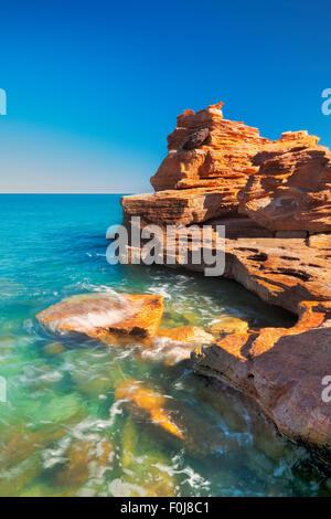 Les falaises rouges à Gantheaume Point, Broome, Australie occidentale sur une journée ensoleillée. Banque D'Images