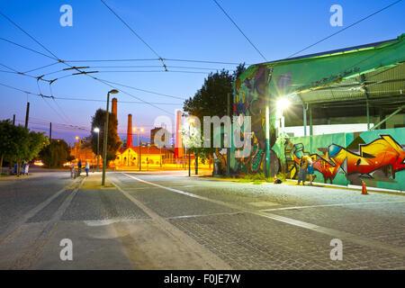 Street art sur le bâtiment de dépôt de trolleybus dans le centre d'Athènes entre Kerameikos et Thission Banque D'Images
