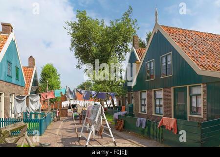 Scène de l'Enkhuizen Zuiderzeemuseum, Hollande du Nord, les Pays-Bas: Laundry day -reproduisant la vie depuis des Banque D'Images