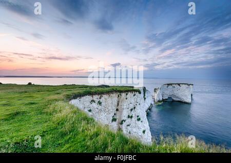 Coucher de soleil sur les roches près de Swanage Old Harry et le début de la côte jurassique du Dorset Banque D'Images