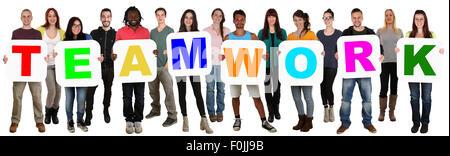 Smiling groupe de jeunes gens ethniques multiples formant équipe isolated on white Banque D'Images