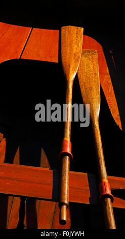 Vintage bateau en bois au soleil, les ombres dures, des avirons, sièges. Banque D'Images