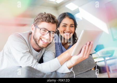 Riant Portrait couple using digital tablet Banque D'Images