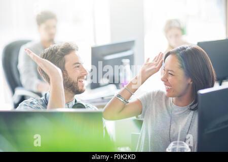 Les gens d'affaires enthousiastes dans office fiving haut Banque D'Images