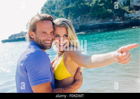 Espagne, Majorque, l'heureux couple sur la plage avec femme doigt Banque D'Images