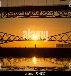 Un photographe saisit l'aube sur la Forth Bridges de Port Edgar Marina, South Queensferry, Scotland UK