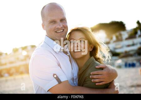 Espagne, Majorque, Alcudia, portrait de couple sur la plage Banque D'Images