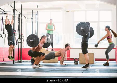 Les athlètes CrossFit exercices dans une salle de sport Banque D'Images