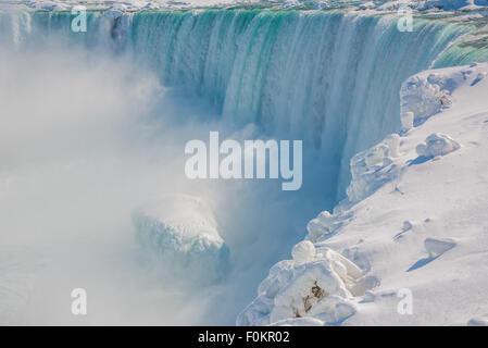 Un dépôts partiellement congelé Horseshoe Falls 600 000 gallons par seconde dans la rivière Niagara à Niagara Falls, Banque D'Images
