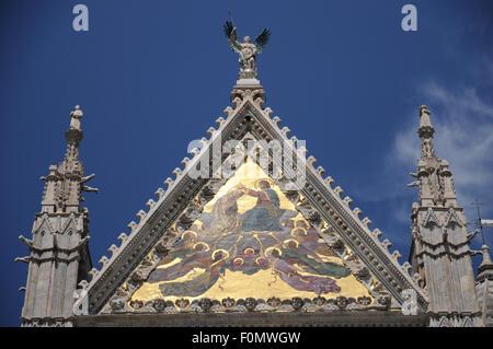 Plus grande centrale et des mosaïques sur la façade principale de l'Duoma dans la ville toscane de Sienne. Banque D'Images