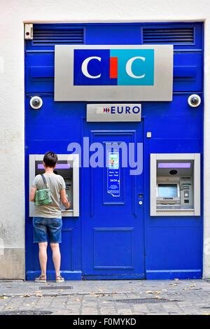 Femme à l'aide d'euros cash machine ATM en France exploité par le Crédit Industriel et Commercial (CIC) Banque Aix en Provence Provence Sud de la France
