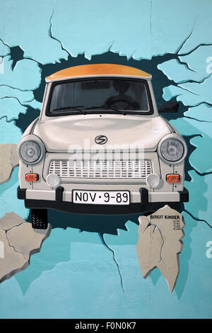 Fresque de voiture Trabant brisant au mur de Berlin East Side Gallery 7 août 2007 à Berlin. Banque D'Images