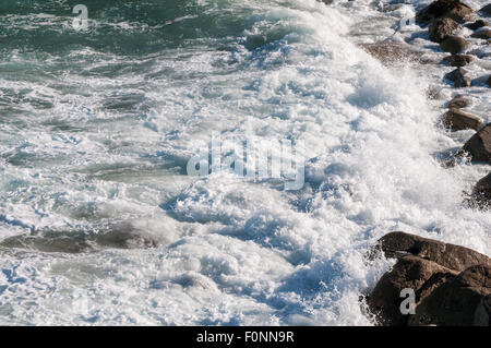 Close up detail shot de vagues se briser contre les rochers Banque D'Images