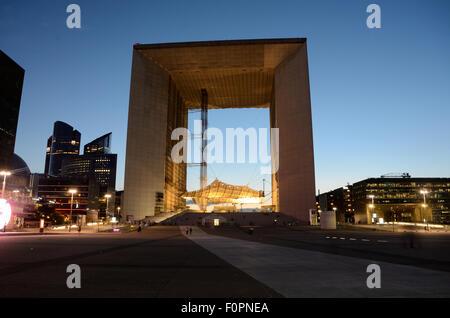 La Grande Arche à la défense à Paris au coucher du soleil.