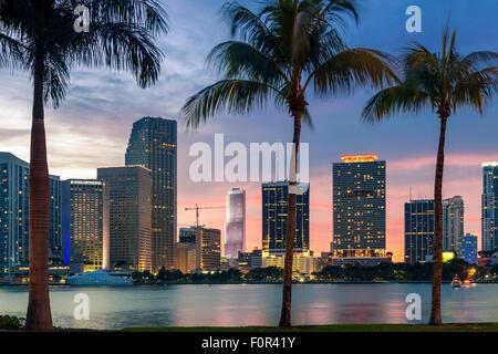 Floride, Miami Skyline at Dusk Banque D'Images
