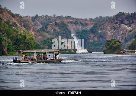Bateau touristique sur le Nil en face de Murchison Falls, Murchison Falls National Park, l'Ouganda, l'Afrique Banque D'Images
