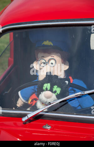 Postman Pat et son chat dans un van Morris rouge sur l'affichage à l'Heckington, montrer Heckington, Lincolnshire Banque D'Images