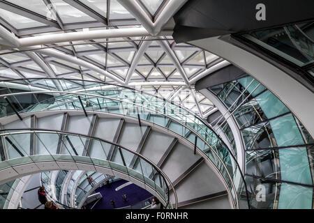 L'escalier intérieur à l'Hôtel de ville qui est le siège de la Greater London Authority (GLA) , Londres Banque D'Images