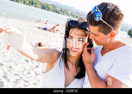 Prendre un beau couple de selfies eux-mêmes un jour d'été