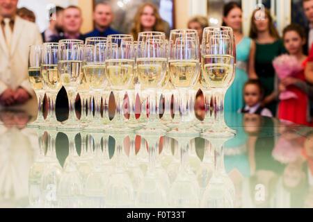 Mis debout sur une table avec des verres de champagne