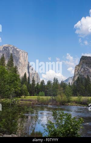 Vue sur lac et montagne, Yosemite National Park, California, USA Banque D'Images