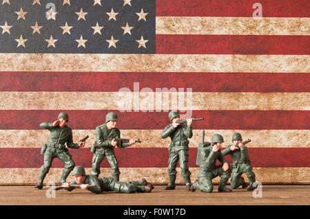 Les troupes américaines toy soldiers réplique de la DEUXIÈME GUERRE MONDIALE et drapeau Américain Banque D'Images