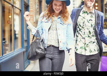 Portrait de couple élégant de shopping, Londres, UK Banque D'Images