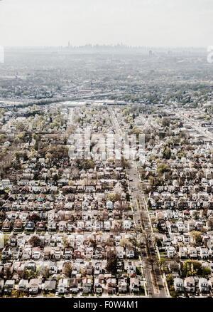 Vue aérienne du quartier de New York et lointain horizon de Manhattan, New York, USA Banque D'Images