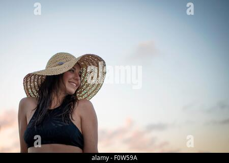 Portrait of young woman wearing sunhat Banque D'Images