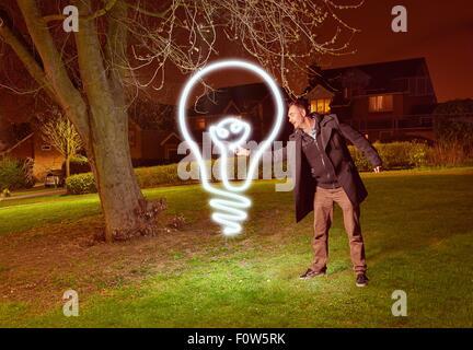 Artiste peinture lumière une ampoule symbole dans park