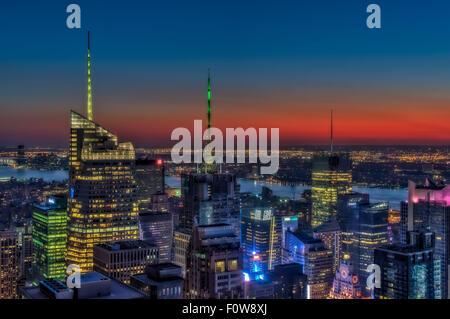 Vue de dessus de la gratte-ciel lumineux au centre de Manhattan qui constituent l'horizon de la ville de New York au cours de l'heure d'or après le coucher du soleil.