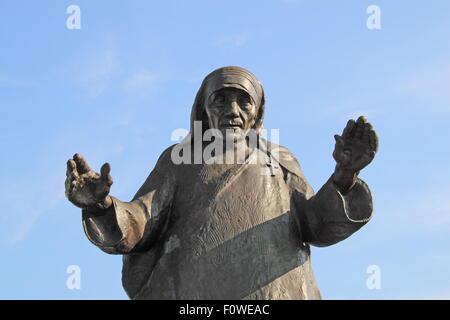 Statue de Saint (Mère Teresa) à l'entrée de l'Aéroport International de Tirana Nënë Tereza, Rinas, Albanie, Balkans, Europe