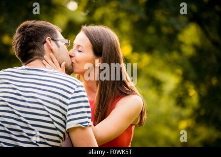 Couple romantique dans la nature en plein air Banque D'Images