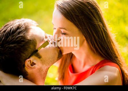 Jeune couple romantique accolades et embrassades dans la nature Banque D'Images