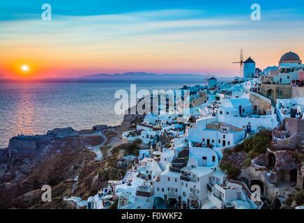 Coucher du soleil emblématique dans la ville de Oia sur l'île grecque Santorin (Théra) Banque D'Images