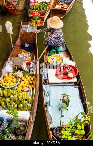 Marché flottant de Damnoen Saduak près de Bangkok en Thaïlande Banque D'Images