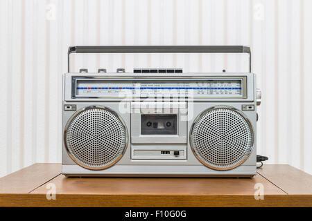 Vintage style boom box portable radio cassette player sur le vieux bois table.