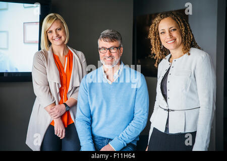 Business people smiling in office Banque D'Images